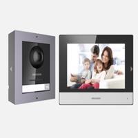 Kit Videointercomunicador IP con estación exterior e interior, switch 4 puertos y tarjeta memoria 16GB